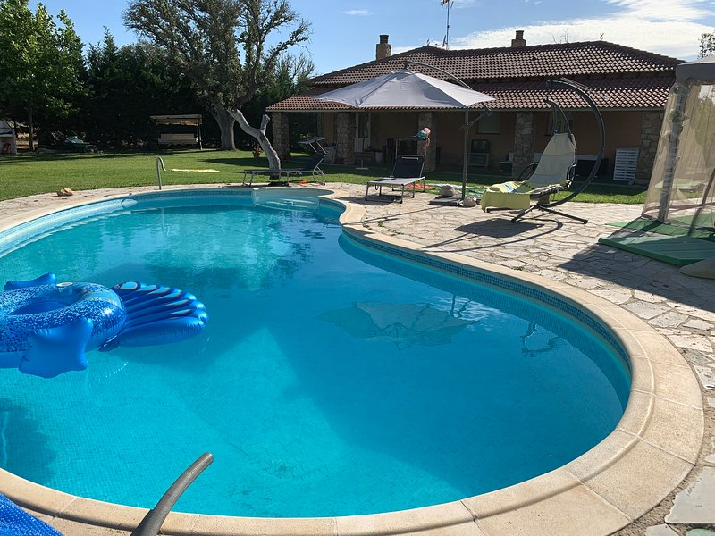 Chalet independiente con piscina privada en parcela ajardinada de 3000 m2, holiday rental in Nava de Arevalo
