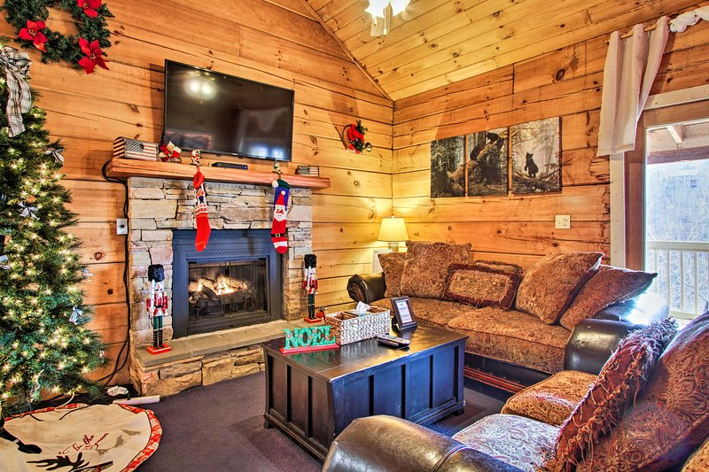 Cabin w/ Hot Tub: Btwn Pigeon Forge & Gatlinburg!, vacation rental in Gatlinburg