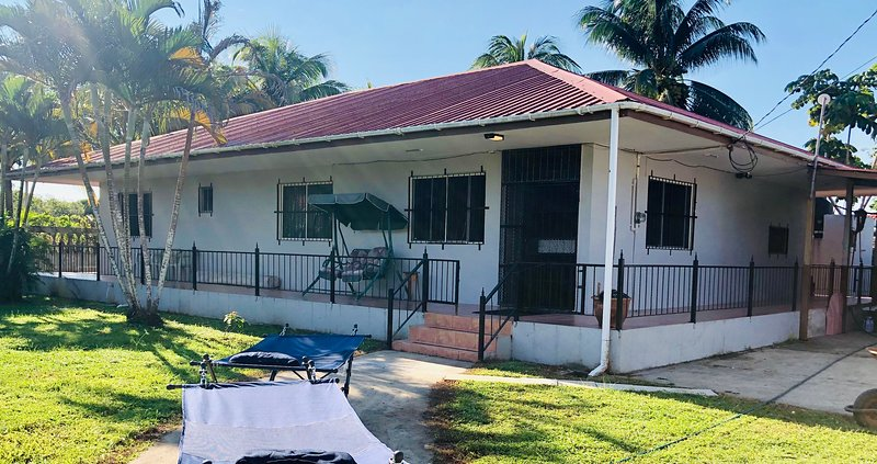 LARGE SECURE 3 BED/3 BATH HOUSE NEAR BELIZE ZOO & CAVE TUBING – semesterbostad i Burrell Boom