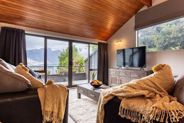 SPACIOUS ALPINE LAKE VIEW SPA TOWNHOUSE WALK TO TOWN, holiday rental in Glenorchy