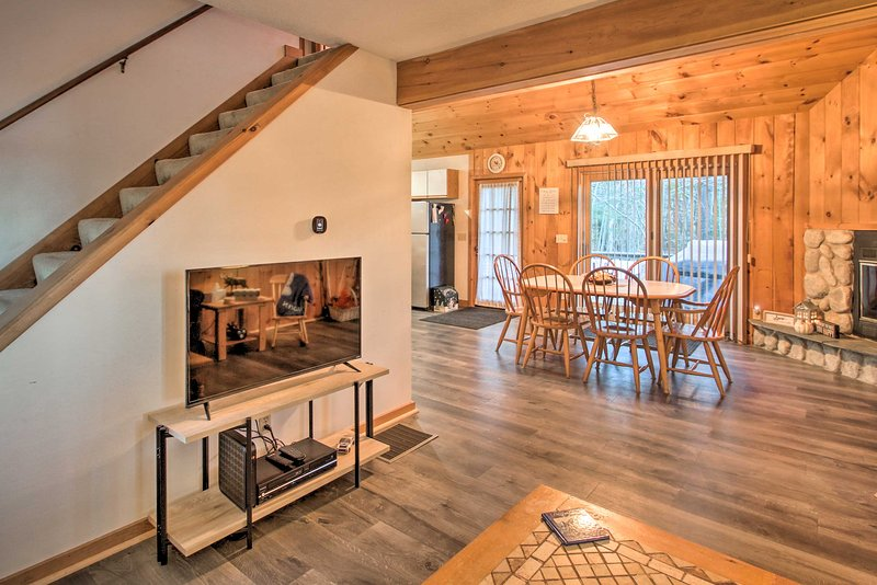 Lakeview Forest Cabin w/ Deck < ½ Mile to Beach!, alquiler de vacaciones en Chocorua