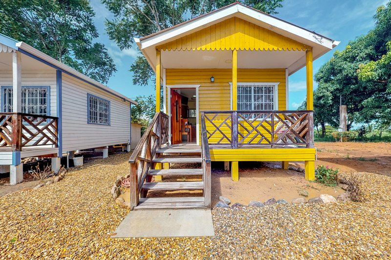 Relaxing studio outside of Dangriga with free WiFi, a porch & partial AC!, vacation rental in Dangriga