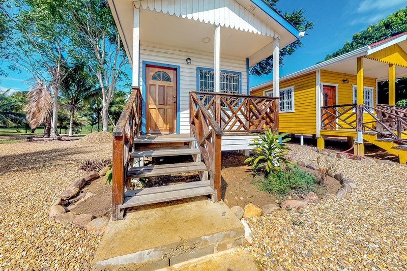 Charming studio with a gated entrance, parking, free WiFi & partial AC!, vakantiewoning in Dangriga