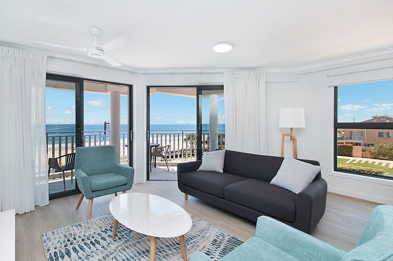Xavier Dunes 5 - Hampton style beachfront holidaying!, vacation rental in Burleigh Waters
