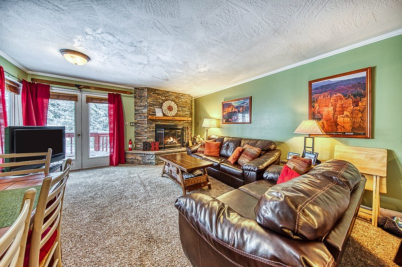 Dog-friendly ski-in/ski-out condo w/ full kitchen, fireplace & private deck!, location de vacances à Brian Head