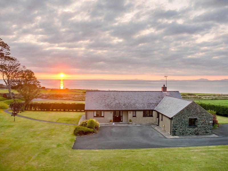 TAN Y FEDWEN, dog-friendly, sea views, Llwyngwril, vacation rental in Llwyngwril