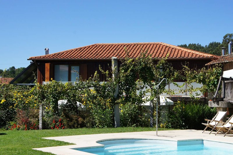 Beautiful house with shared pool, holiday rental in Sobradelo da Goma