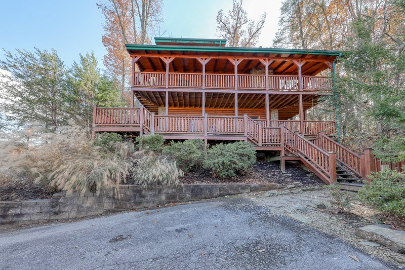 Peaceful cabin in the woods with private hot tub and pool table!, vacation rental in Gatlinburg