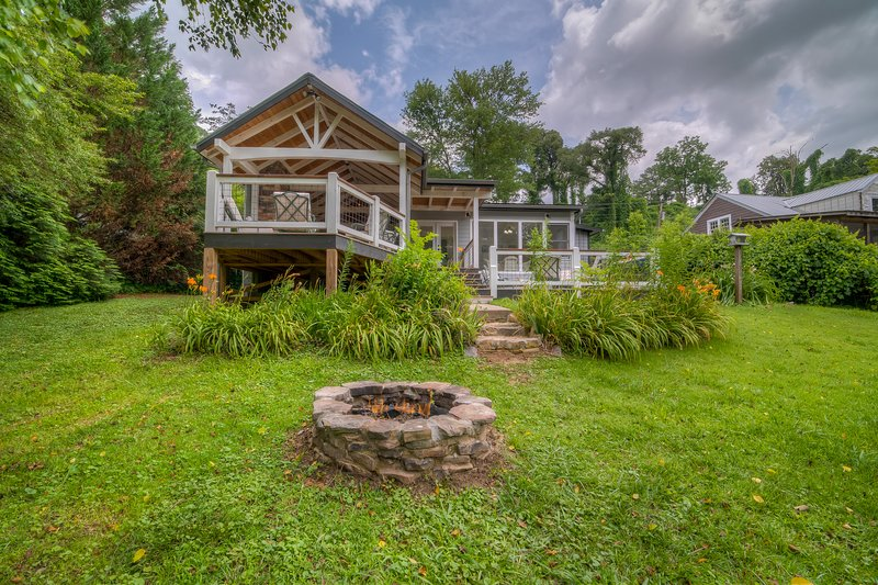 Recently updated home on Toccoa River close to downtown w/Central A/C & WiFi, vacation rental in Ducktown