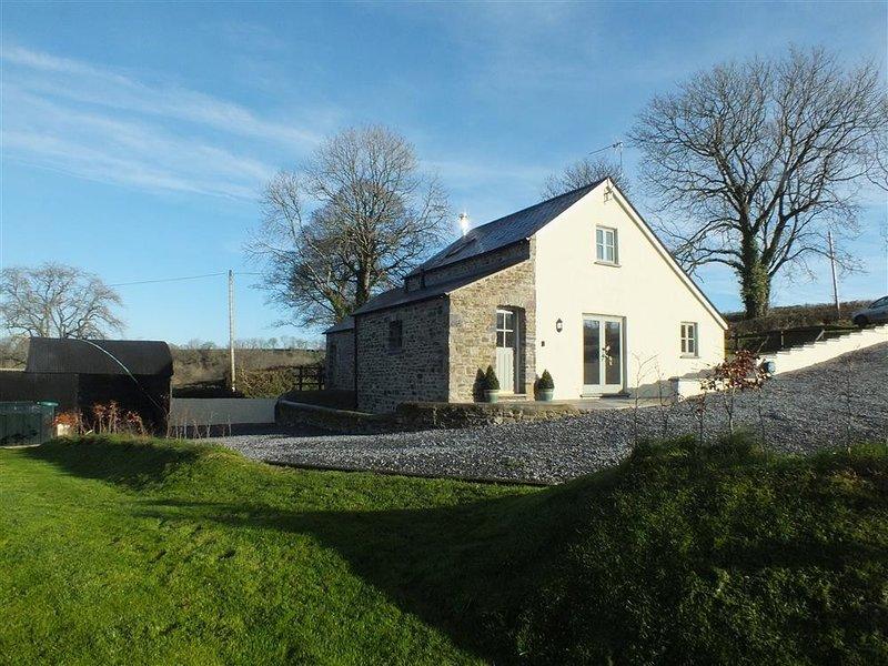 GWYDDNO LODGE, 3 bedroom, Pembrokeshire, holiday rental in Clunderwen