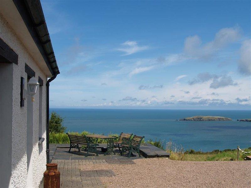 COCKSHEAD COTTAGE, 2 bedroom, Pembrokeshire, holiday rental in Moylegrove