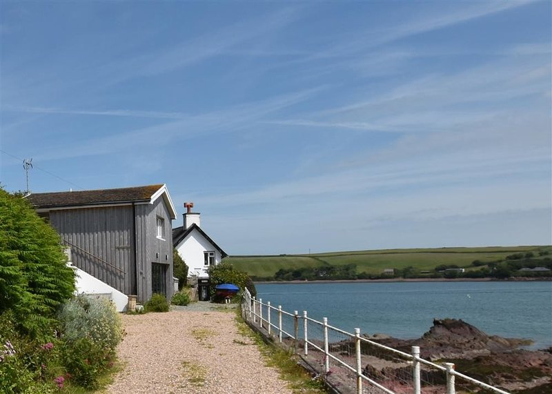 BLACKROCK BOATHOUSE, 2 bedroom, Pembrokeshire, holiday rental in St Ishmaels