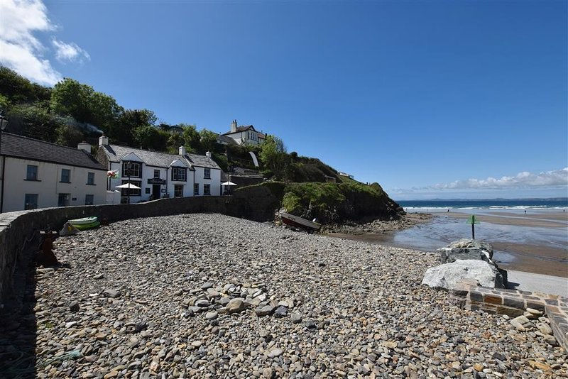 BEACH COTTAGE, 3 bedroom, Pembrokeshire, holiday rental in Little Haven
