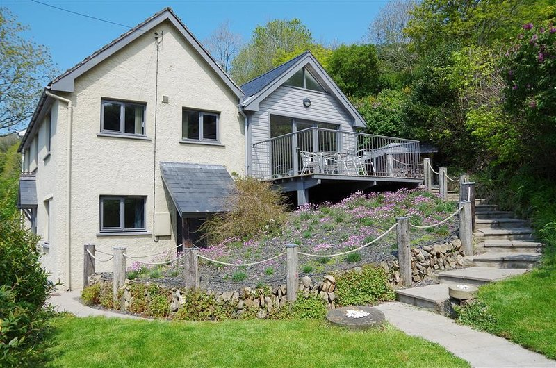 ROCK COTTAGE, 3 bedroom, Pembrokeshire, holiday rental in Fishguard