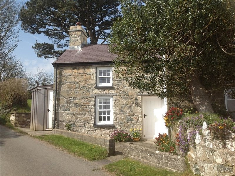 WEST END COTTAGE, 1 bedroom, Pembrokeshire, holiday rental in Newport