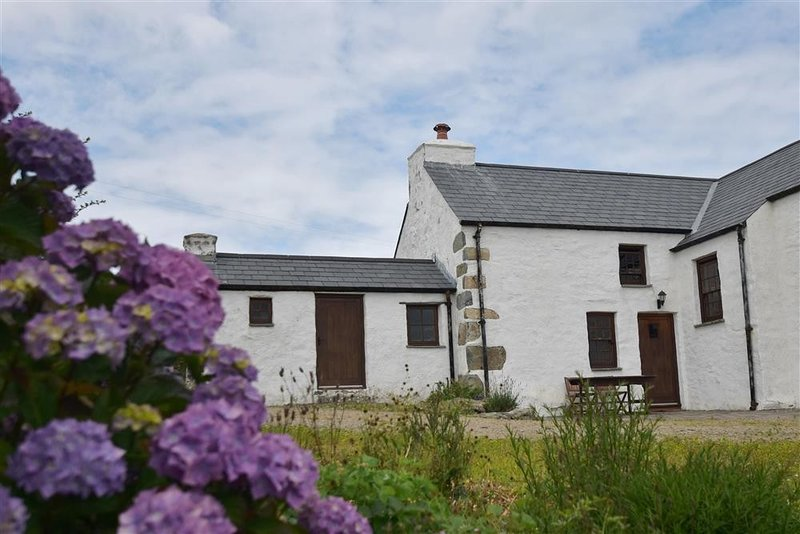 PANTEURIG COTTAGE, 2 bedroom, Pembrokeshire, holiday rental in Mathry