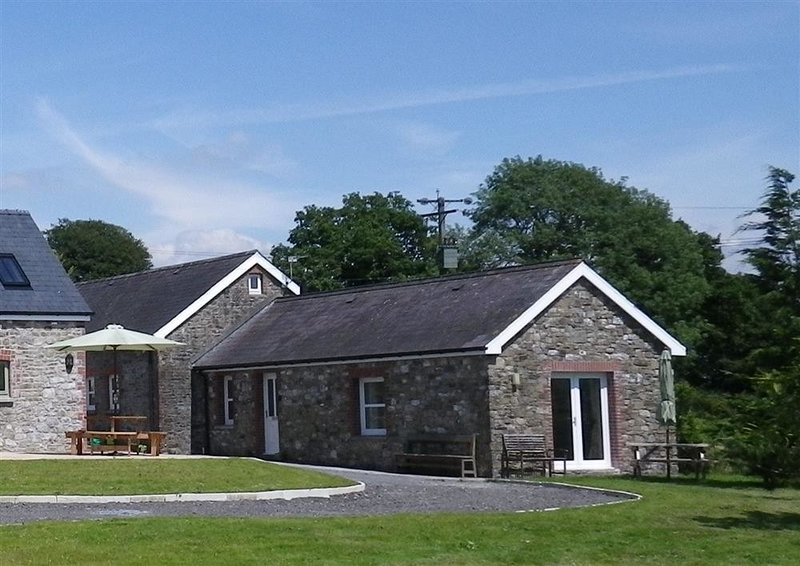 SEWIN COTTAGE, 2 bedroom, Carmarthenshire, holiday rental in Tycroes
