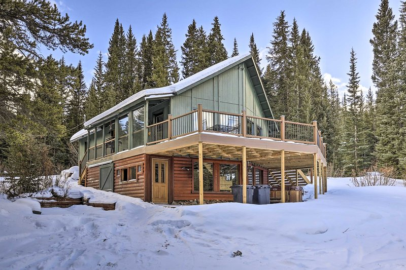 Secluded Breck Cabin: Hot Tub, 3 Mi to Main Street, holiday rental in Breckenridge