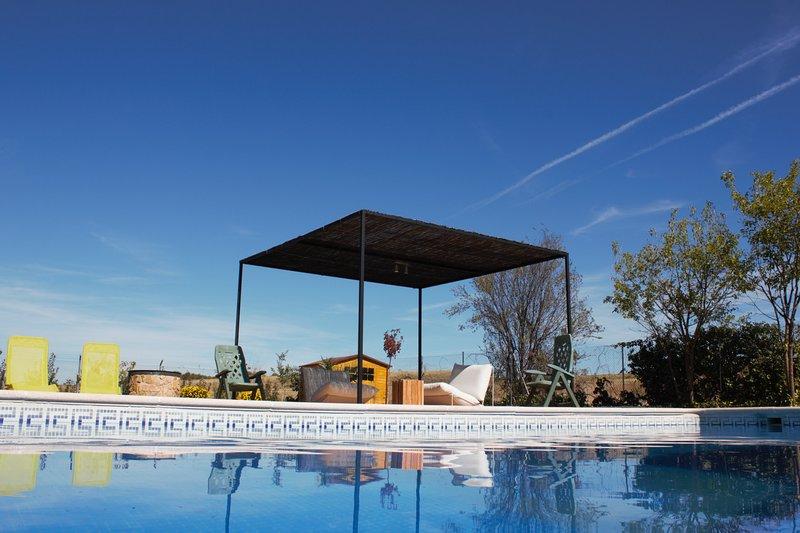 Precioso chalet con piscina y barbacoa. Vive la experiencia de estar en el campo, location de vacances à Valdetorres de Jarama