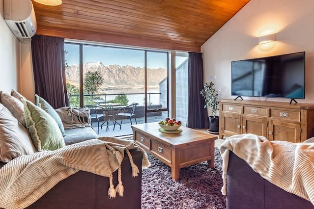 SPACIOUS TOWNHOUSE INCREDIBLE ALPINE LAKE VIEWS, holiday rental in Glenorchy