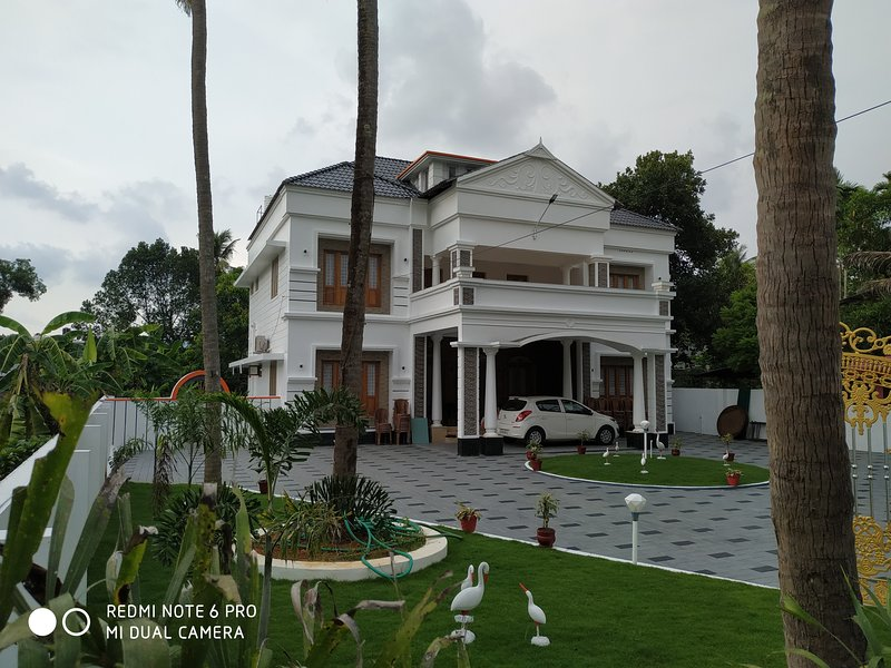 Mansion in chalakudy. Near aathirapally, location de vacances à Malayattoor