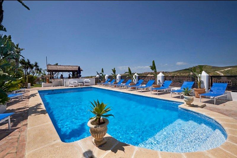 Free bar, Private Pool, Jacuzzi, WIFI, A/C,  Football, Pool & Table tennis, BBQ., location de vacances à Estepona