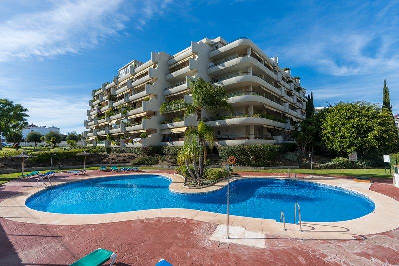 Spacious 3 bedroom, 3 bathroom apartment, WiFi,  very close to San Pedro, vacation rental in San Pedro de Alcantara