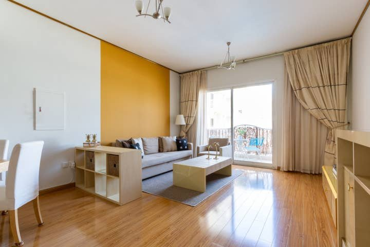 Bright & Spacious 1BR in JVC - Sleeps 3!, holiday rental in Hatta