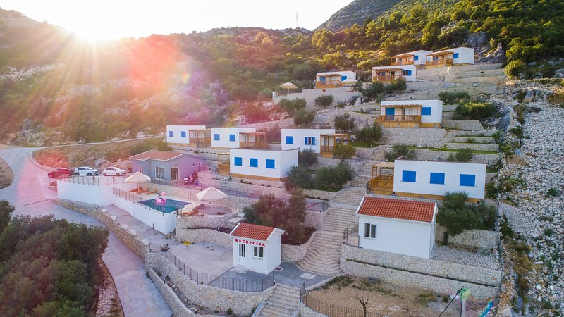 Camping Homes Grot-One Bedroom Home with Sea view H5, location de vacances à Bacina