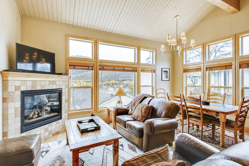 Lofty home with a view & private hot tub - ski lifts around the corner!, vacation rental in Park City