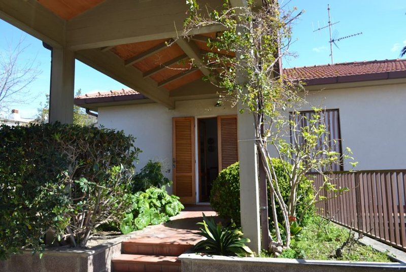 Nice house with garden & terrace, vacation rental in San Vincenzo