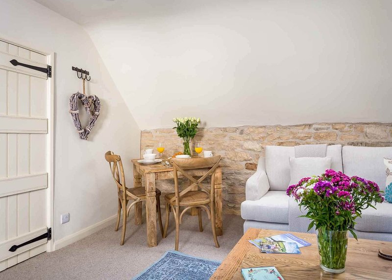 Gorgeous, romantic grade II listed Cotswold stone apartment for two, location de vacances à Swell