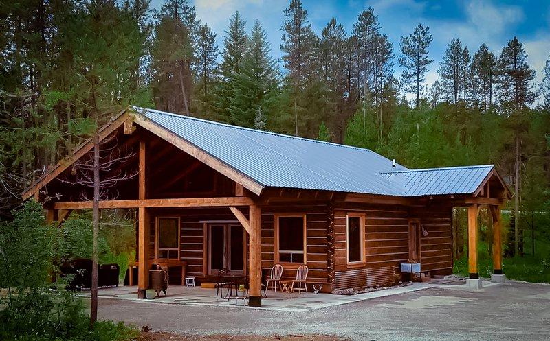 Rustic Luxury - Montana Log Cabin on Glacier's Doorstep, casa vacanza a Coram