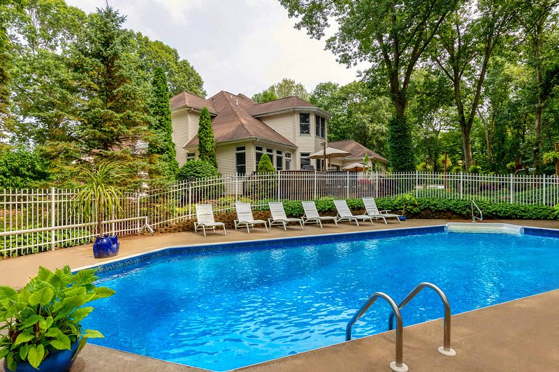 ★ 5,694 Sq Ft Home • Hot Tubs • Waterfall + Koi • Family & Pet Friendly • CLEAN!, aluguéis de temporada em Hickory Corners