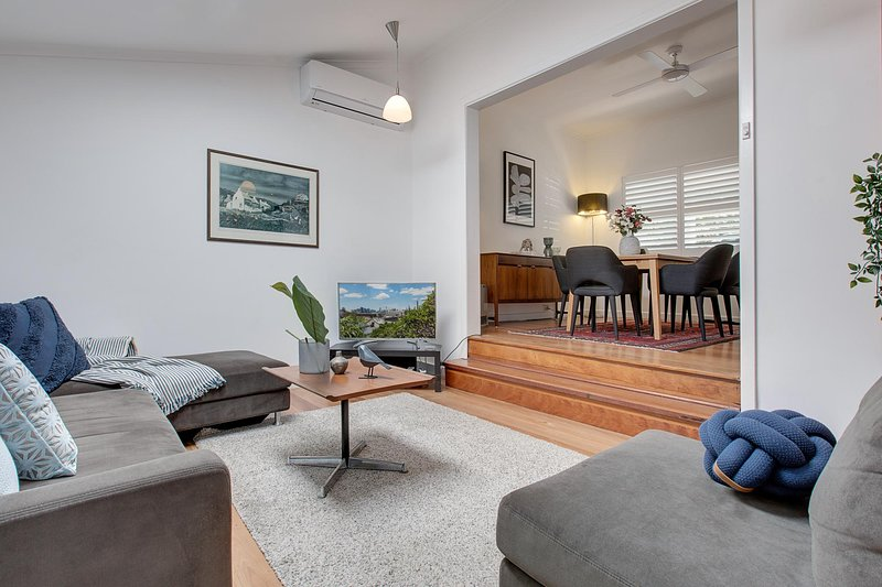 Spacious cottage with views, 10 mins from the city, vacation rental in Balmain