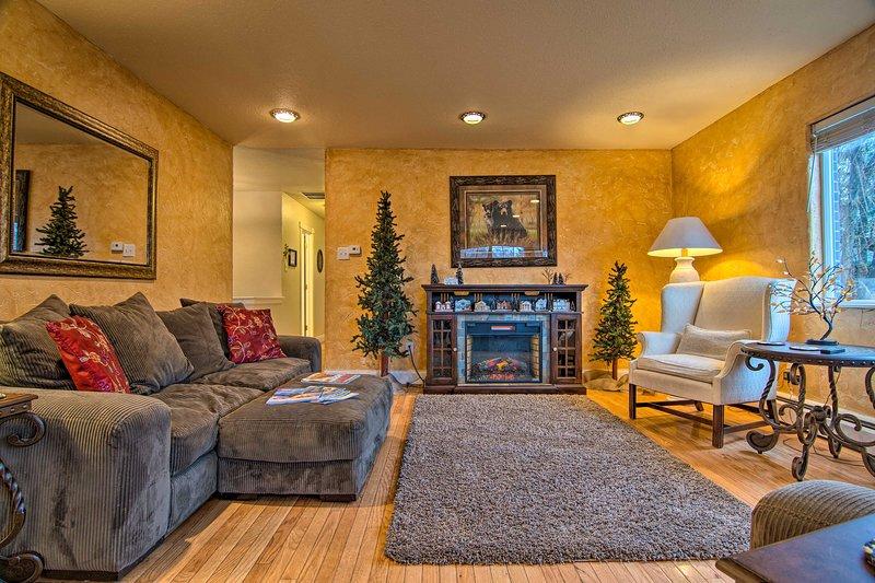 NEW! Modern Creekside Escape <8 Mi to Dwtn Denver, holiday rental in Lakewood