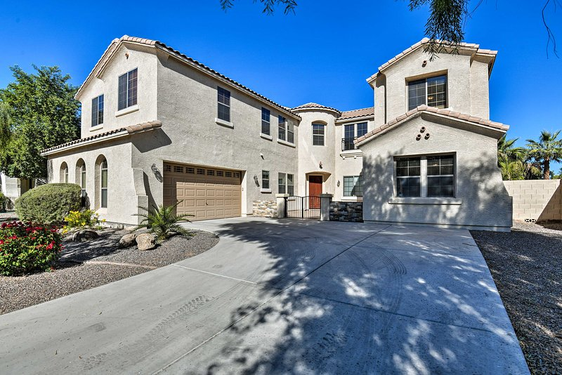 NEW! Grand Gilbert Home w/Private Pool + Fire Pit!, holiday rental in Chandler Heights