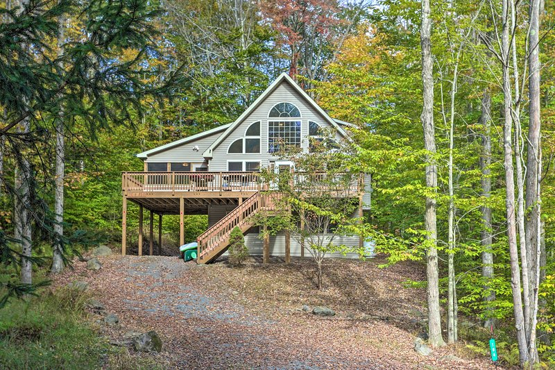 Spacious Home+Pool Access, Walk to Lake & Beaches!, holiday rental in Thornhurst