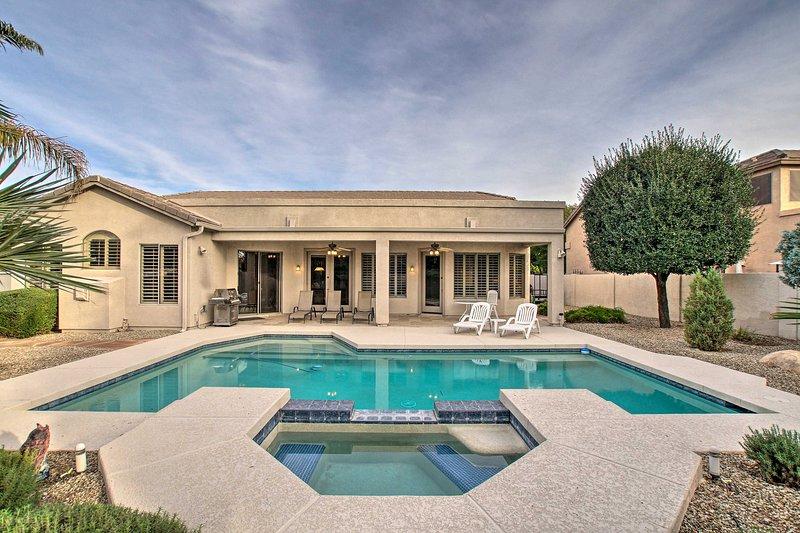 La maison dispose d'une piscine et d'un spa ainsi que de 2 350 pieds carrés d'espace de vie.