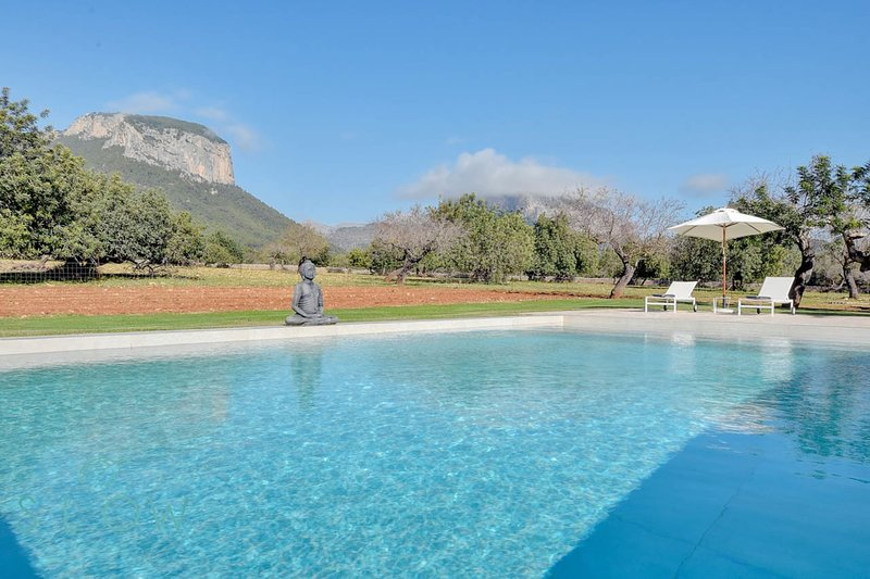 Villa Son Guinyol with breathtaking mountains views next to Alaró, vacation rental in Alaró