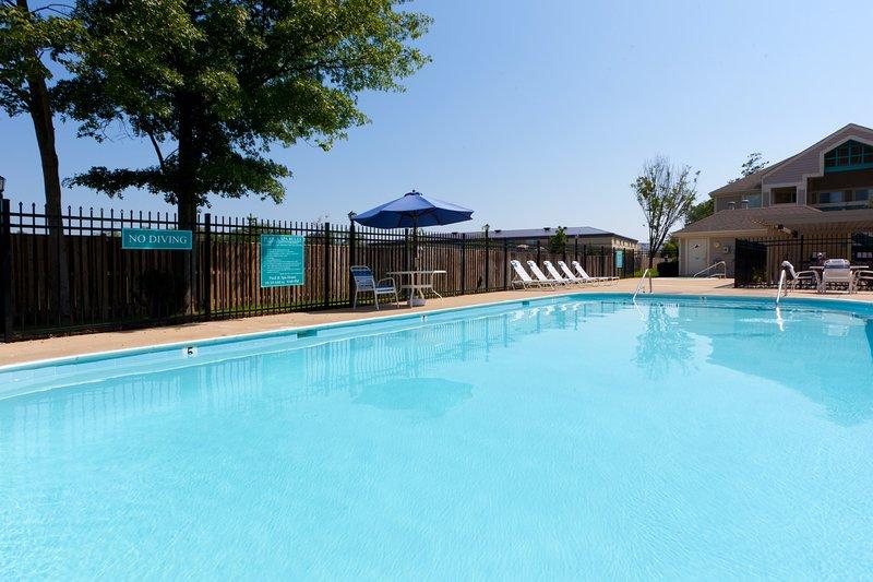 Admirez des vues magnifiques tout en vous prélassant autour de la piscine extérieure sur place.