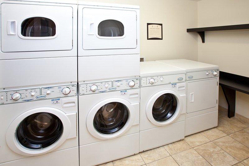Lave su ropa con facilidad utilizando las instalaciones de lavandería del hotel.