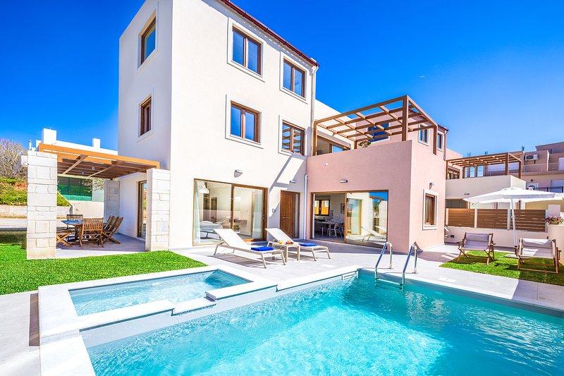 Theasis Luxury Villa, 250m From Agia Marina Sandy Beach Chania, location de vacances à Agia Marina