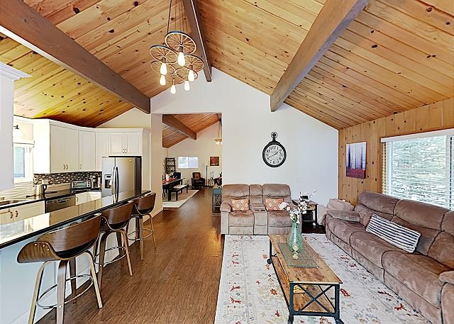 Serene Retreat with Game Room, 2 Decks & Forest Views, holiday rental in Cedarpines Park
