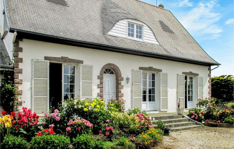 Awesome home in Surivlle w/ 5 Bedrooms (FNM492), alquiler de vacaciones en Bretteville-sur-Ay