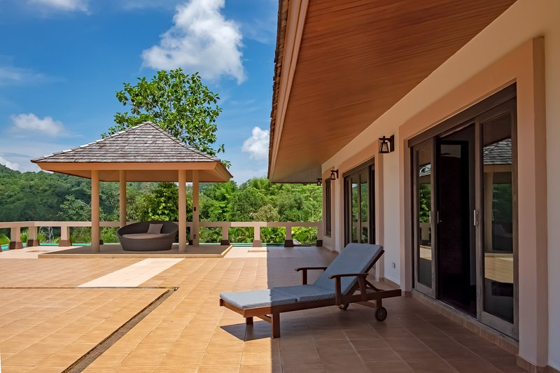 CHIC DESIGN VILLA WITH JACUZZI AND OCEAN VIEW, casa vacanza a Koh Kaew