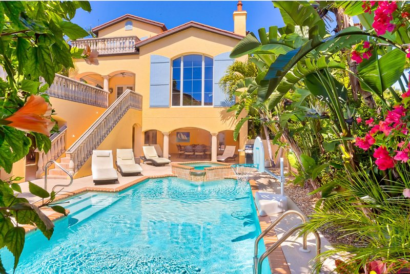 Sunsplashed! Your own private beach resort. 5BR/5BA, 3min walk to beach!, alquiler de vacaciones en isla de Captiva