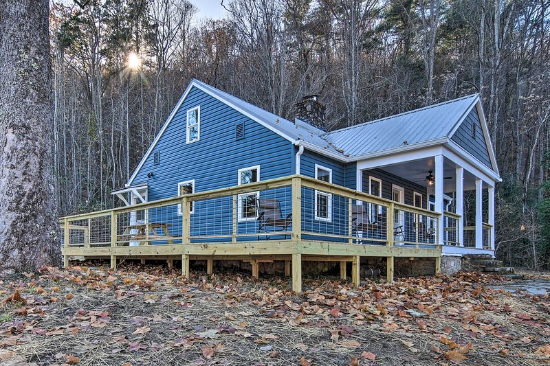 Hot Springs Home w/ Fire Pit+Deck, Walk to the AT!, location de vacances à Hot Springs