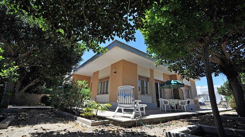 Villa 8 posti letto sul Lungomare di Torre Suda - Villa Flora, holiday rental in Torre Suda
