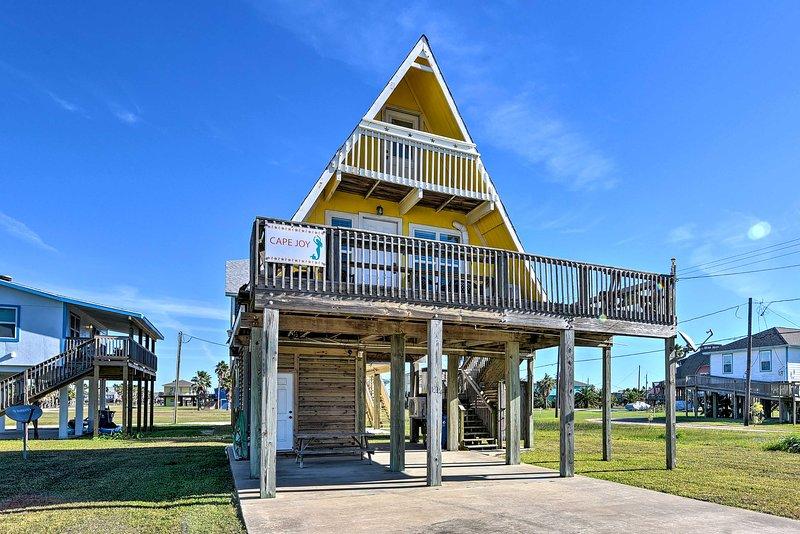 A-Frame Home w/ Deck - 2 Blocks to Surfside Beach!, alquiler vacacional en Brazoria